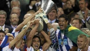 Les joueurs du FC Porto soulevant la Ligue Europa 2011.