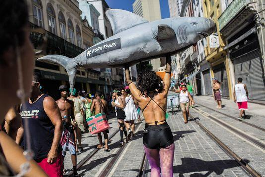 Revista do Le Monde traz foto de participante de bloco carnavalesco protestando contra o presidente Michel Temer
