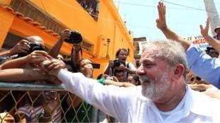 Presidente Lula cumprimenta moradores do Complexo do Alemão, no Rio.
