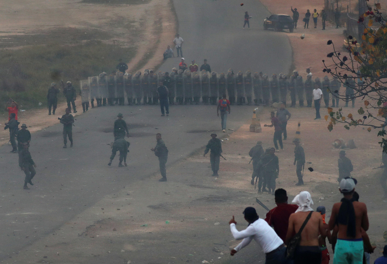 Венесуэльская армия на границе с Бразилией в Пакараймо, 23 фувраля 2019 г.