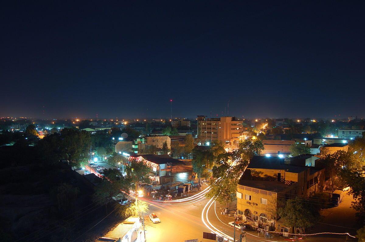 Le centre-ville de la capitale Nigérienne, Niamey, de nuit.