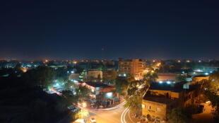 Le centre-ville de la capitale du Niger, Niamey, de nuit.