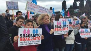 Le 30 janvier 2016 à Rome, journée «de la famille»: des manifestants contre la loi sur les unions civiles pour couples de même sexe avec des pancartes : «C'est mal, même si c'est autorisé par la loi».