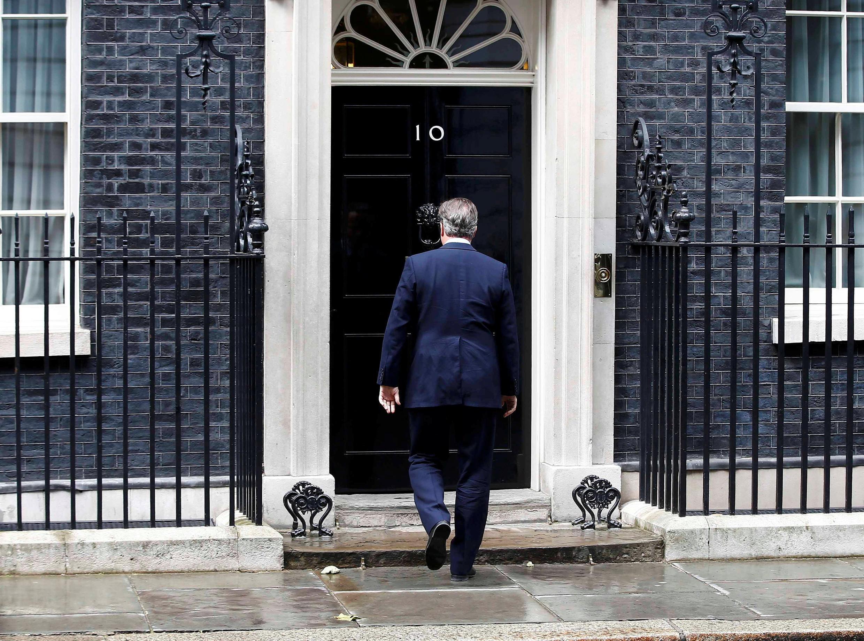 David Cameron retorna à residência oficial do primeiro-ministro após fazer o anúncio.