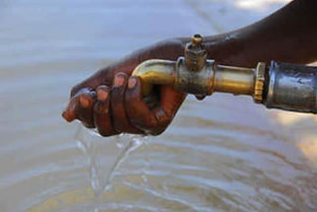 A Libreville au Gabon, de nombreuses personnes ont cessé de boire l'eau du robinet par crainte de sa toxicité.