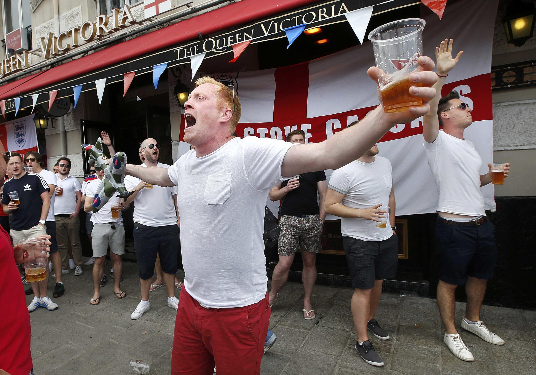 Torcedores ingleses em Marselha, onde a seleção do país joga contra a Rússia pela Eurocopa