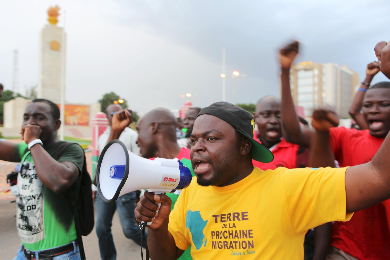 Des manifestants crient des slogans contre le régiment de sécurité présidentielle à Ouagadougou, le 16 septembre 2015.