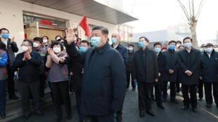 中国国家主席习近平2020年2月10日在北京街区视察新冠肺炎疫情。