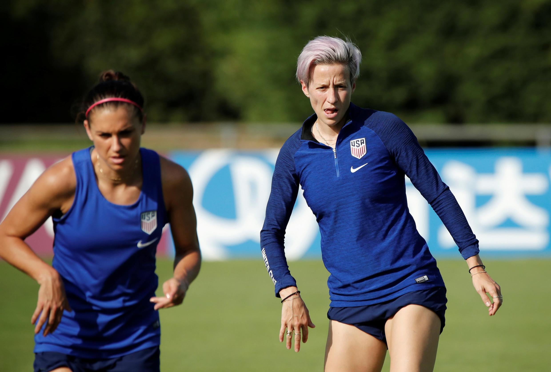 Đội bóng nữ Mỹ tập luyện trước giờ ra sân.