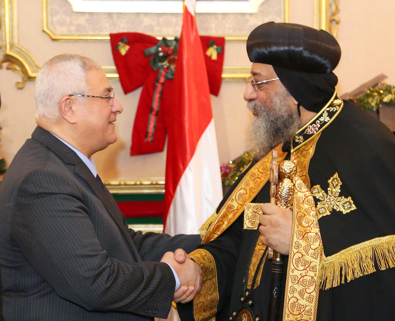 Le président égyptien Adly Mansour présente ses voeux au pape Tawadros II, au Caire, le 5 janvier 2014.