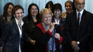 Michelle Bachelet (centre) lors de l'annonce de sa candidature le 27 mars à l'aéroport de Santiago du Chili.