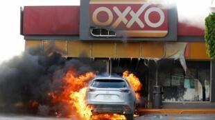 Des stations-services ont été incendiées en représailles à l'arrestations de plusieurs proches du chef du cartel Santa Rosa de Lima le 21 juin 2020.