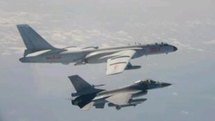 今年2月解放军空军轰-6型轰炸机绕台资料图片