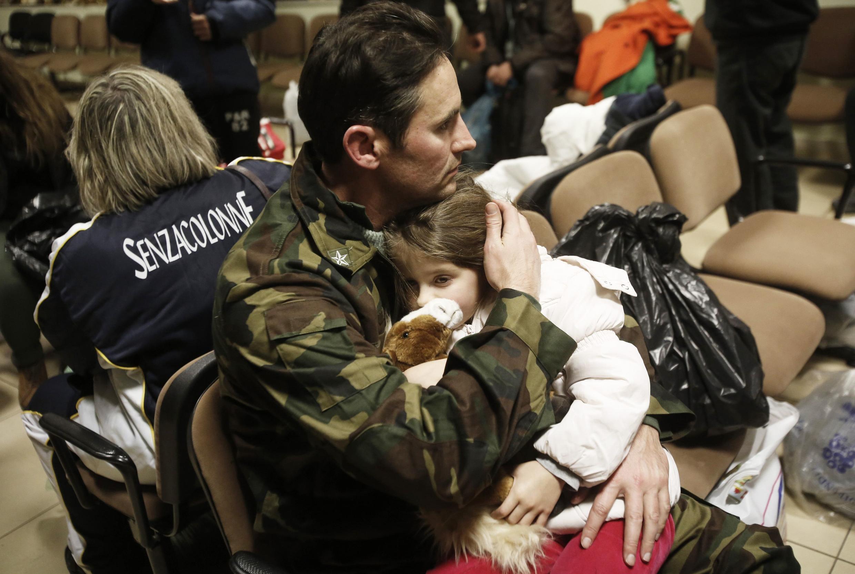 Um homem e sua filha, ambos resgatados da balsa