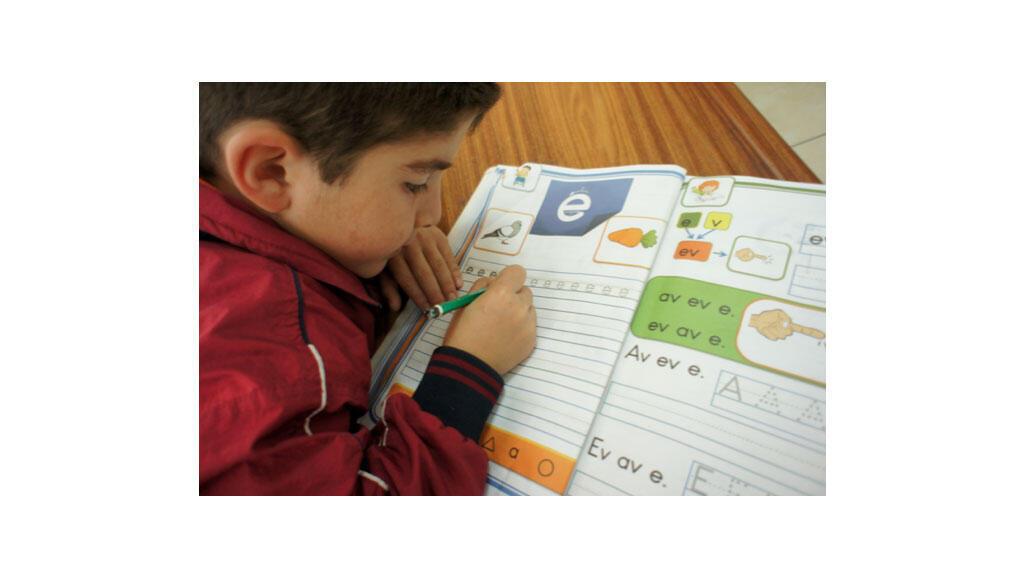Ecole primaire kurde à Diyarbakir. Un enfant qui apprend l'alphabet kurde.
