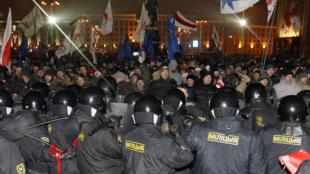 Des policiers biélorusses face aux manifestants qui protestent contre les fraudes électorales, près du Parlement,  Minsk, le 19 décembre 2010.