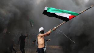 Dans la journée de vendredi, cinq Palestiniens âgés de 22 à 27 ans sont morts au cours de divers incidents survenus le long de la barrière qui marque la frontière entre le territoire israélien et la bande de Gaza.