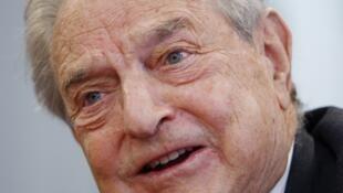 George Soros est célèbre pour avoir fait fortune sur le marché des changes, notamment en spéculant contre la livre sterling en 1992.