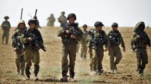 Trước đội biệt kích hải quân, một đội lính bộ binh đã vượt ranh giới vào Gaza, ngày 12/07/2014.