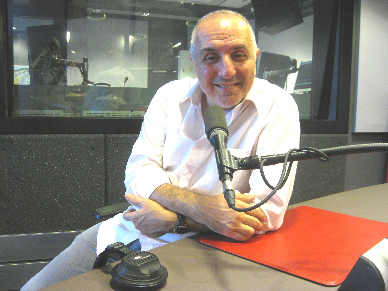 Adel Hakim en los estudios de RFI.