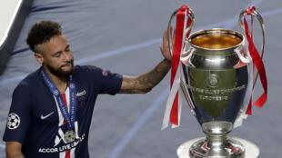 Neymar touche le trophée de la Ligue des champions après la défaite du Paris SG en finale contre le Bayern Munich le 23 août 2020 à Lisbonne