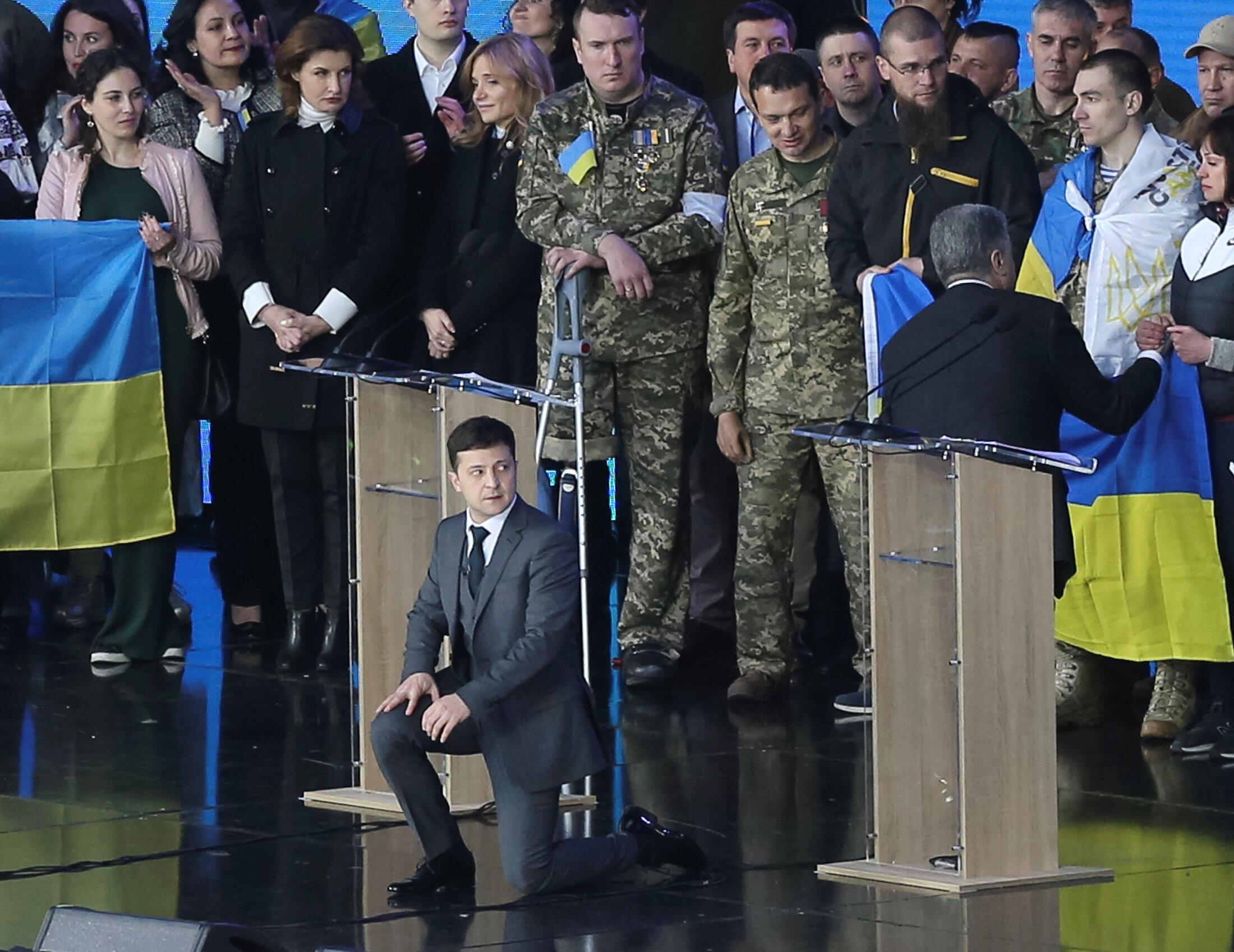Во время дебатов Зеленский и Порошенко встали на колени в знак уважения к родственникам погибших на Донбассе