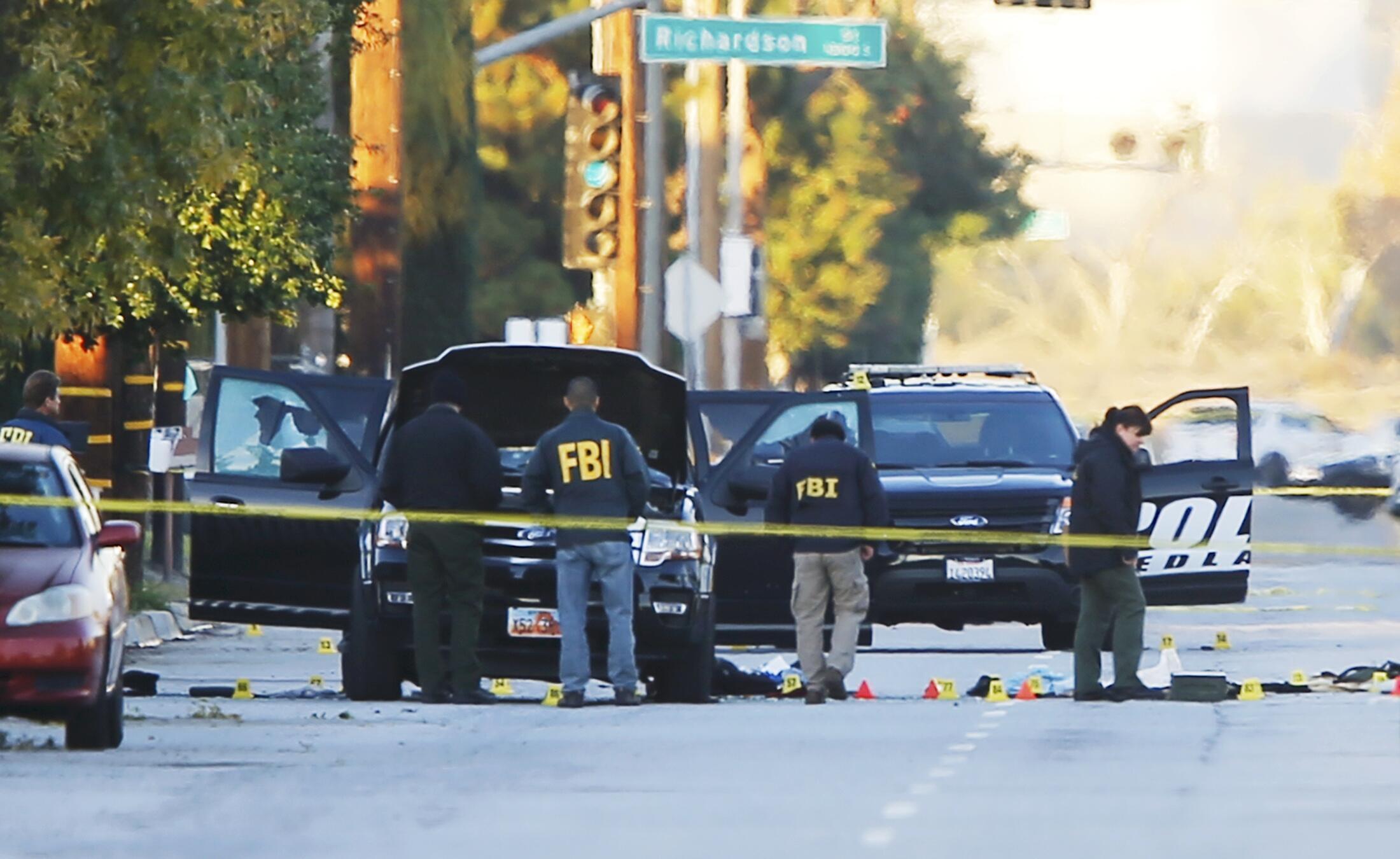 FBI examina veículo que os supostos autores do ataque de San Bernardino utiizaram na fuga antes de serem abatidos na quarta-feira (2).