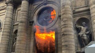 La iglesia de Saint-Sulpice en llamas, el 18 de marzo de 2018. Los investigadores privilegian la pista criminal.