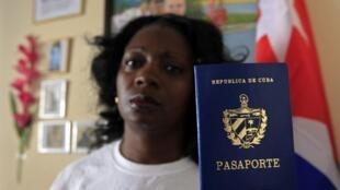 Berta Soler muestra su pasaporte, el pasado 13 de febrero en La Habana, Cuba.