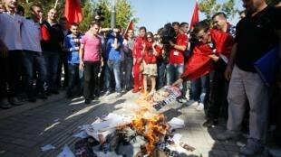 Des manifestants brûlent des portraits du Premier ministre albanais en soutien aux anciens prisonniers politiques en grève de la faim.