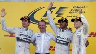 Nico Rosberg, Lewis Hamilton e Valtteri Bottas no pódio do Grande Prêmio de F1 de Sochi, neste domingo (12).