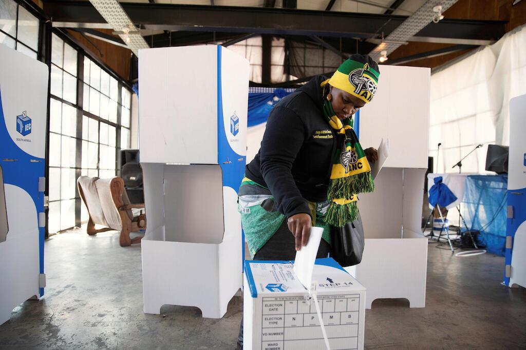 Mmoja wa wanachama wa ANC akipiga kura kwenye uchaguzu ulifanyika, Agosti 3, 2016 nchini Afrika Kusini