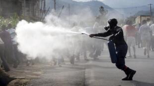 Polisi wa Burundi wakitumia gesi ya kutoa machozi kwa kuwatawanya waandamanaji, Jumapili Aprili 26 Bujumbura.