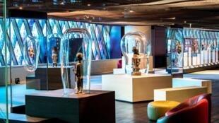 Vue sur la scénographie des collections permanentes exposées en galerie Marc Ladreit de Lacharrière. Mars 2021 © Musée du quai Branly - Jacques Chirac, photo : Thibaut Chapotot.