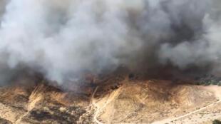 Une vue aérienne d'un incendie dans le comté de Los Angeles en Californie, le 24 octobre 2019.