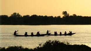 Des pirogues naviguent sur le fleuve Niger (photo d'illustration).