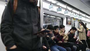 Le métro de Pékin, en avril 2019: boire, manger ou prendre les transports en commun, désormais il faudra choisir.