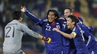 """Các """"Samurai xanh"""" ăn mừng thắng lợi trước Đan Mạch 24/6/10"""