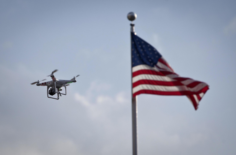 Fin août, à New York, un paparazzi utilise un drone pour prendre des photos de la chanteuse Beyoncé.