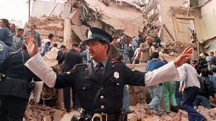 تصویر آرشیو- در سوء قصدی که در مرکز فرهنگی یهودیان آرژانتین درسال ١٩٩٤ روی داد، ٨٥ نفر کشته و بیش از ٣٠٠ نفر زخمی گردیدند.