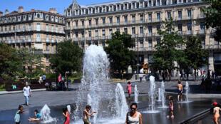 Los niños se refrecen en una fuente en la plaza Charles-de-Gaulle en Toulouse, en el suroeste de Francia, el 7 de agosto de 2020, durante una fuerte ola de calor