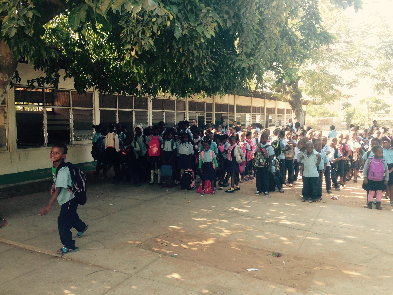 Crianças moçambicanas numa escola de Maputo em finais de Junho de 2015