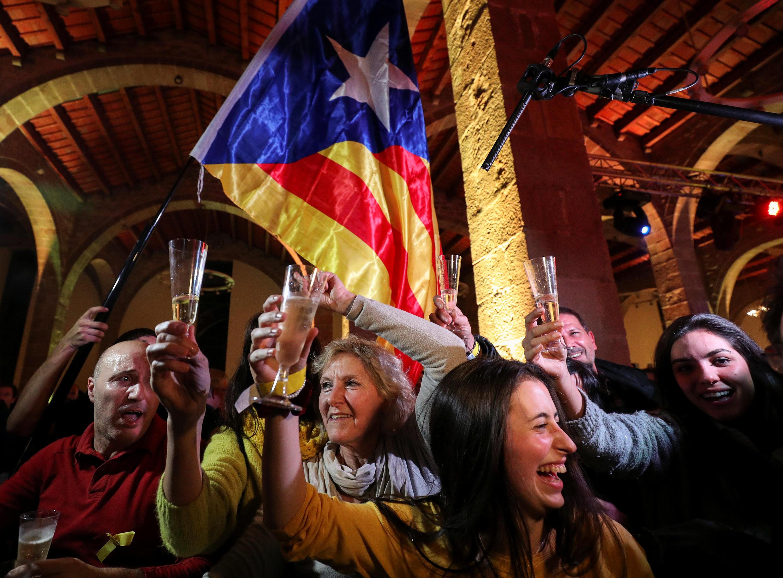 Những người ủng hộ độc lập cho vùng Catalunya ăn mừng trên đường phố Barcelona, ngày 21/12/2017.