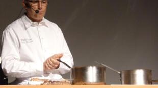 Eric Provost pendant sa démonstration culinaire.