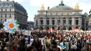 Десятки тысяч человек приняли участие в парижской демонстрации против бездействия властей в борьбе с изменениями климата