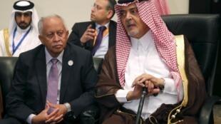 Глава МИД Йемена Рияд Ясин (Л) с коллегой из Саудовской Аравии принцем Саудом аль-Фейсалом на саммите Лиги арабских стран в Шарм эль-Шейхе 26/03/2015
