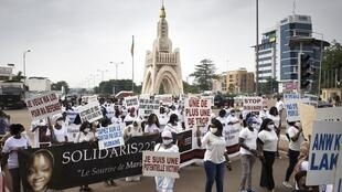 Des manifestants se rassemblent place de l'Indépendance à Bamako pour marcher contre les violences faites aux femmes au Mali, le 26 septembre 2020.