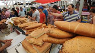 Une vente de pain sur le marché central de Tunis, lors du Ramadan.