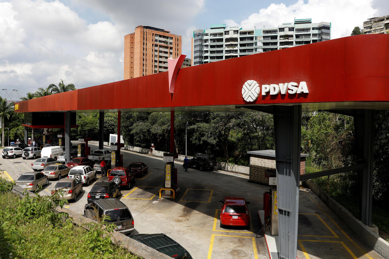 El logo de PDVSA, petrolera estatal de Venezuela, en una estación de gasolina de Caracas.