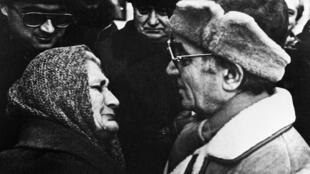 L'artiste français Charles Aznavour, en compagnie d'une femme arménienne, le 4 février 1989 à Erevan. Le géant du music-hall à la Française est mort quelques jours avant l'ouverture d'un sommet de la Francophonie dans son pays d'origine.